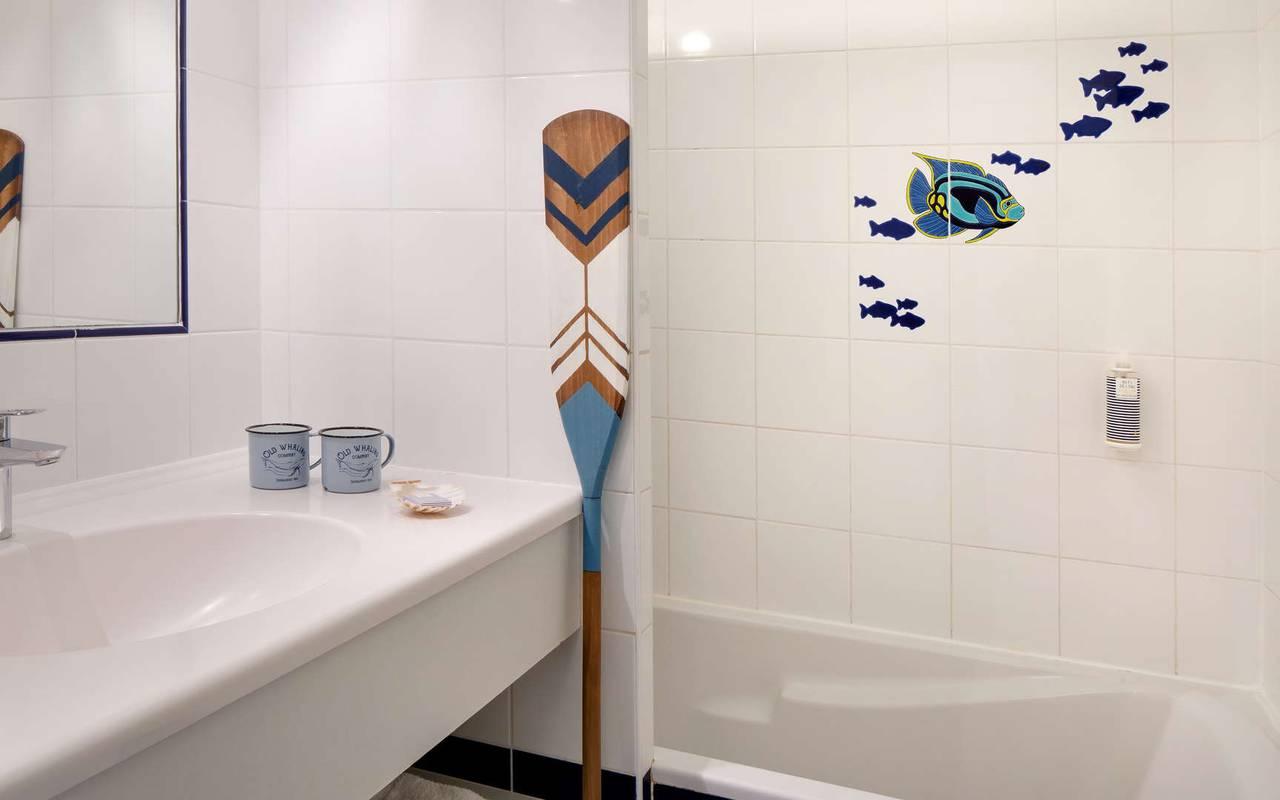 White bathroom, hotel La Cotinière, Ile de Lumière