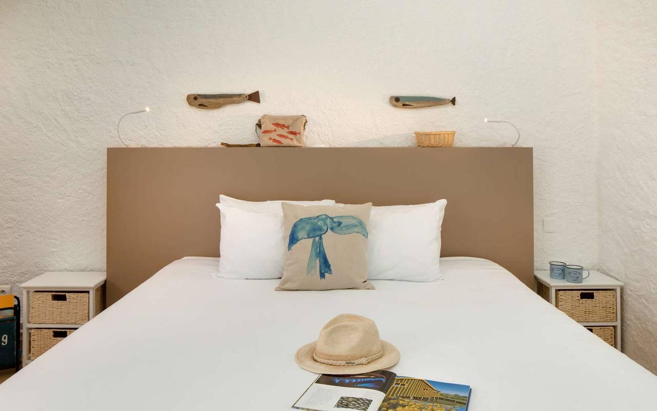 Uncluttered room, hotel La Cotinière, Ile de Lumière