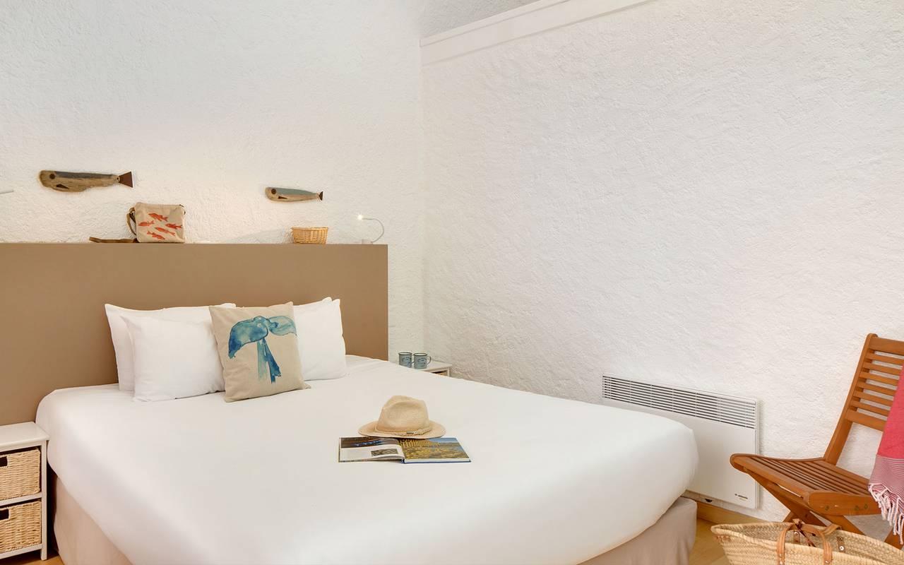 Bedroom with white linens, hotel La Cotinière, Ile de Lumière