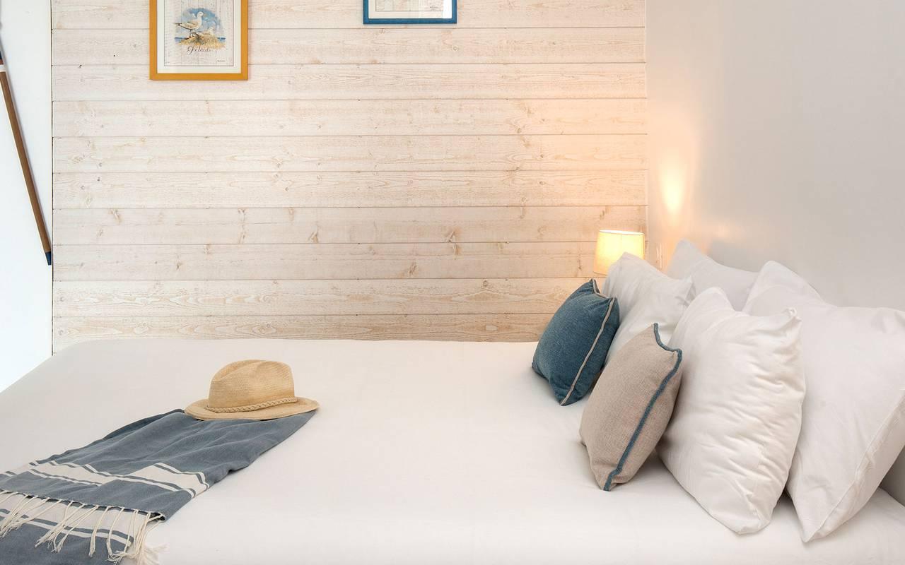 Comfortable bed, hotel La Cotinière, Ile de Lumière