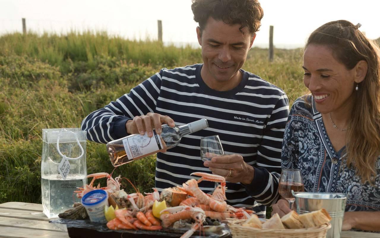 Couple eating, weekend Ile d'Oléron, Ile de Lumière
