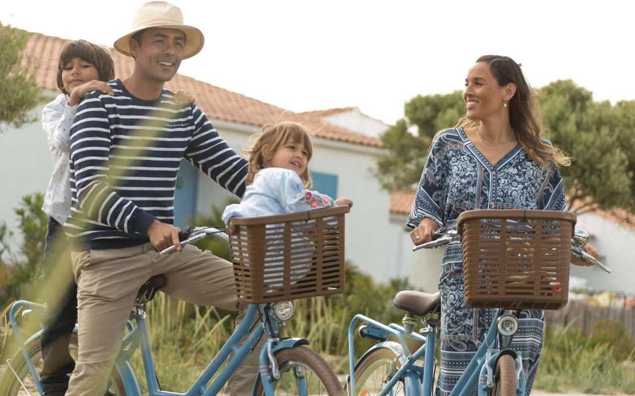 Family on bikes, weekend Ile d'Oléron, Ile de Lumière