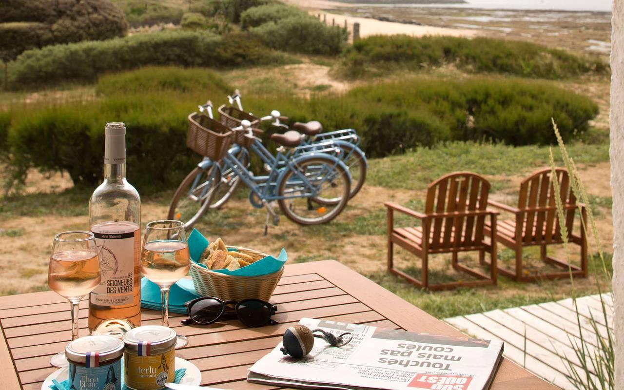 Aperitif on the terrace, weekend Ile d'Oléron, Ile de Lumière