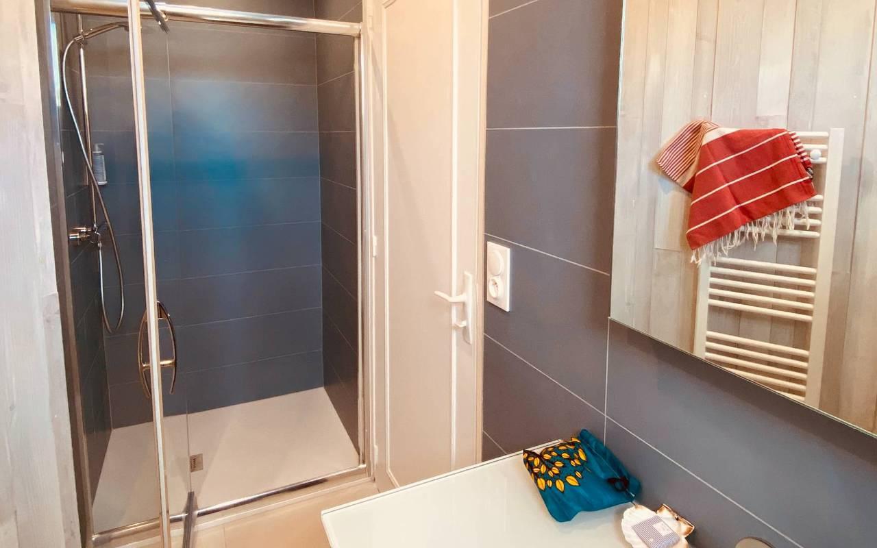 Salle de bain avec douche, hotel La Cotinière, Ile de Lumière