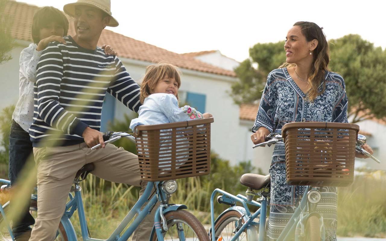 Famille à vélo, hôtel La Cotinière Ile d'Oléron, Ile de Lumière