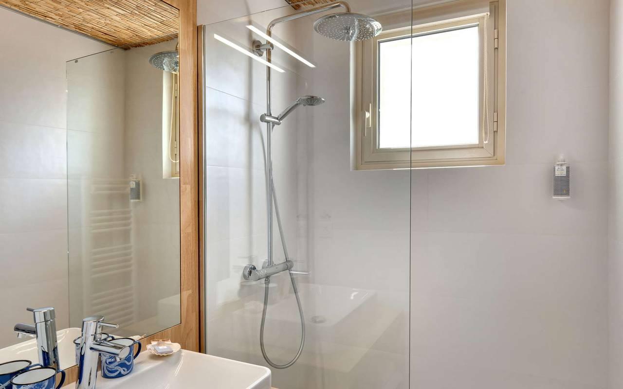 Salle de bain avec douche, hôtel Oléron, Ile de Lumière
