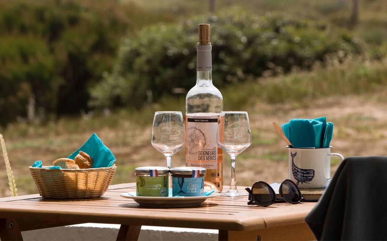 Table avec bouteille de rosé, hôtel Oléron, Ile de Lumière