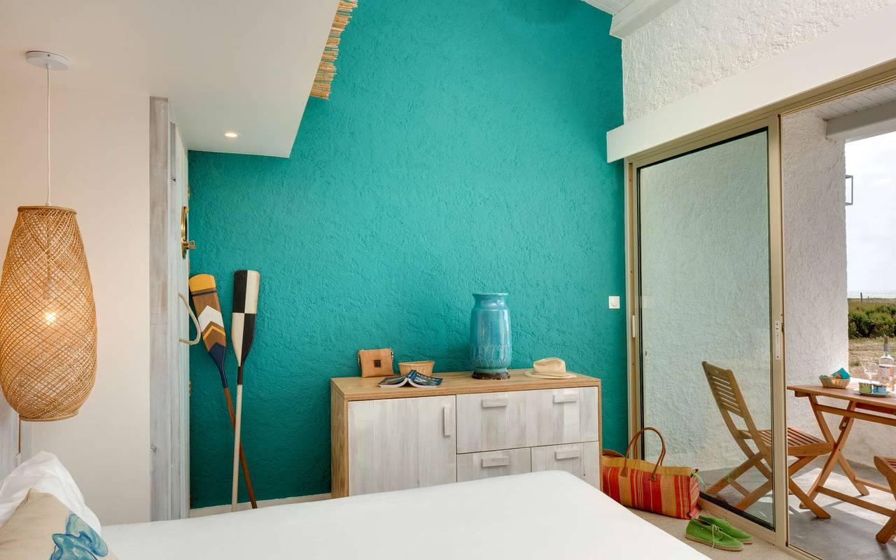 Chambre avec un mur bleu turquoise, hôtel Oléron, Ile de Lumière