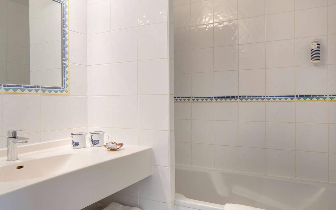 Salle de bain blanche, hôtel Oléron, Ile de Lumière