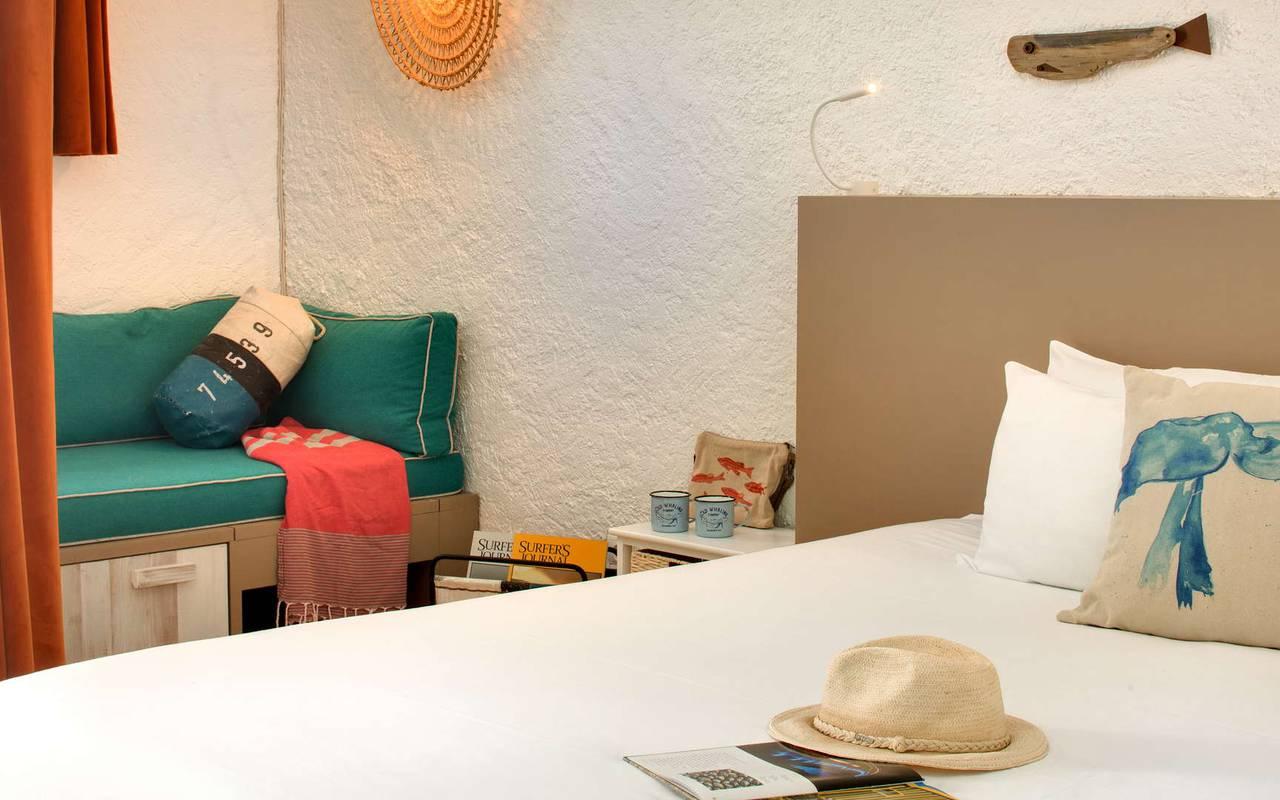 Chapeau posé sur un lit, hôtel Oléron, Ile de Lumière