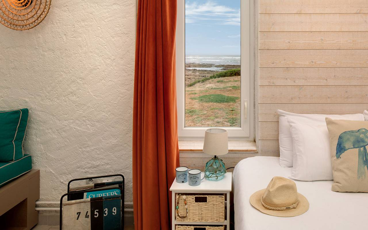 Chambre avec fenêtre, hôtel Oléron, Ile de Lumière