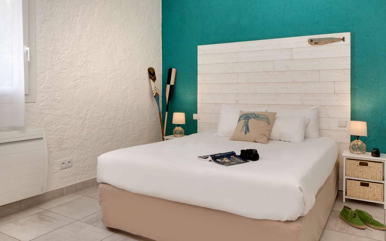 Chambre avec un mur bleu, hôtel Oléron, Ile de Lumière