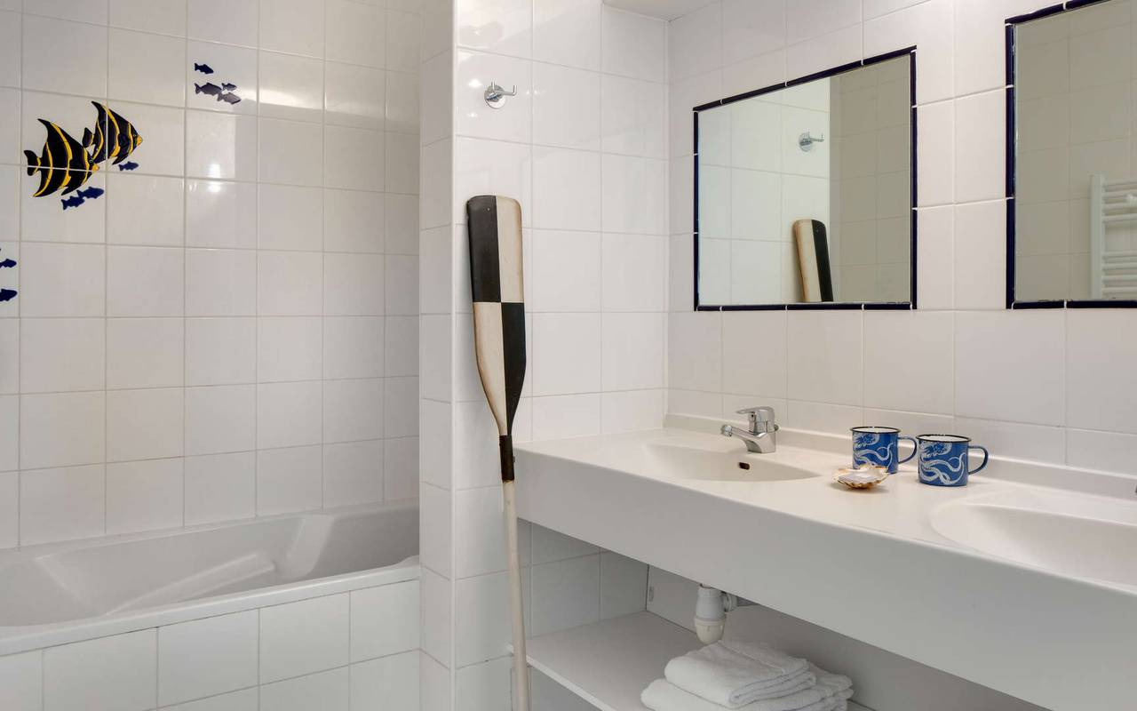 Salle de bain avec 2 éviers, hôtel Oléron, Ile de Lumière