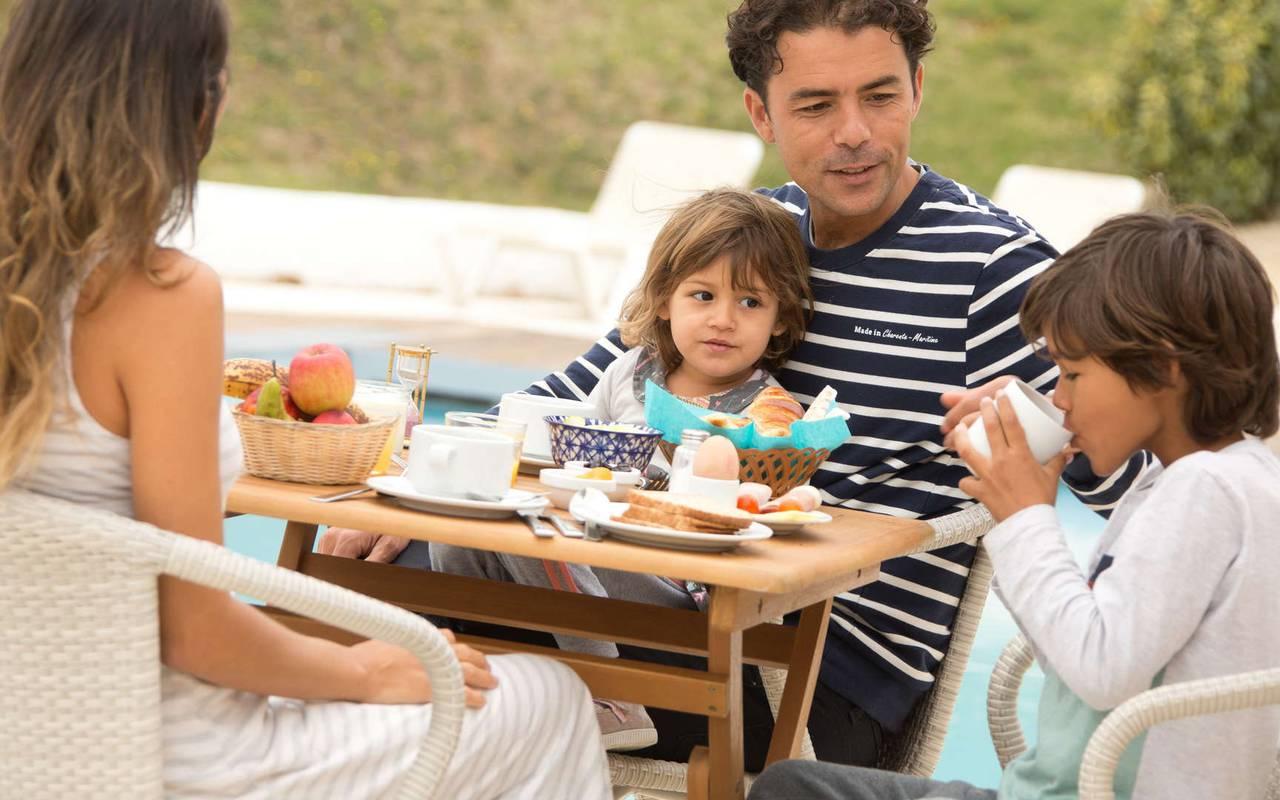 Famille au petit-déjeuner, hôtel Oléron, Ile de Lumière