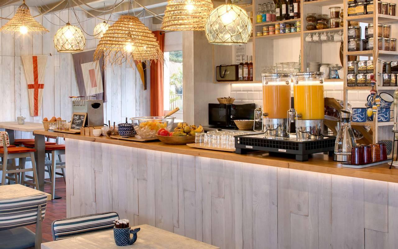 Petit déjeuner en buffet, hôtel Oléron, Ile de Lumière
