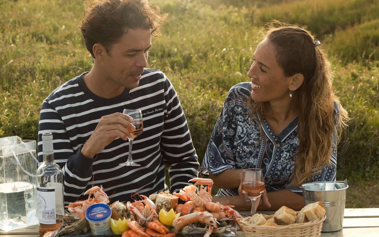 Couple qui mange un plateau de coquillage, hôtel Ile d'Oléron vue mer, Ile de Lumière