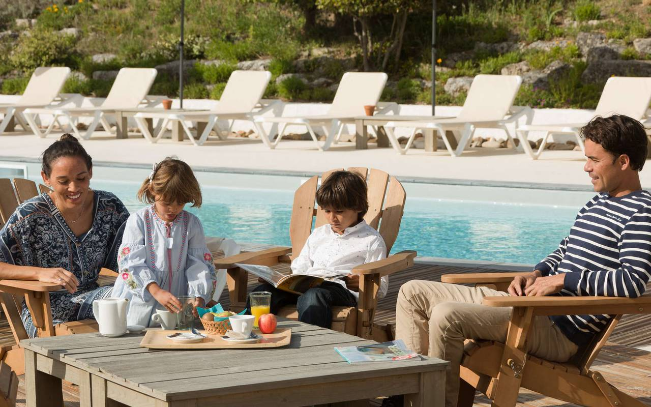Famille au bord de la piscine, hôtel Ile d'Oléron, Ile de Lumière