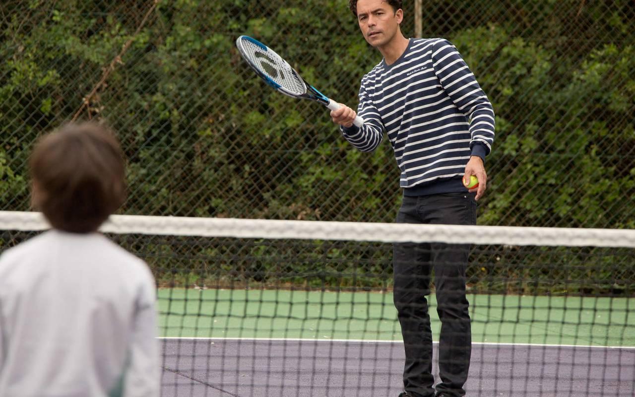Hommes qui jouent au tennis, hôtel Ile d'Oléron, Ile de Lumière