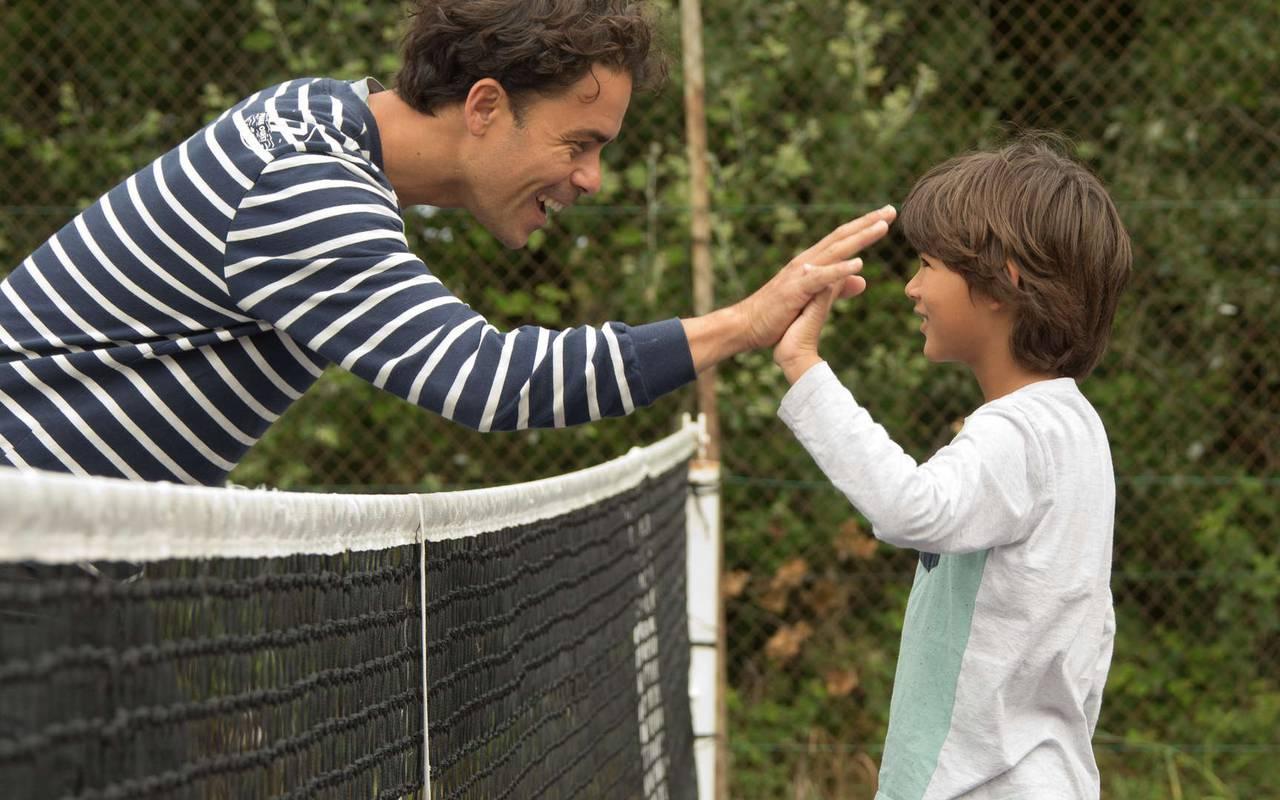 Pére et fils qui joueut au tennis, hôtel Ile d'Oléron, Ile de Lumière