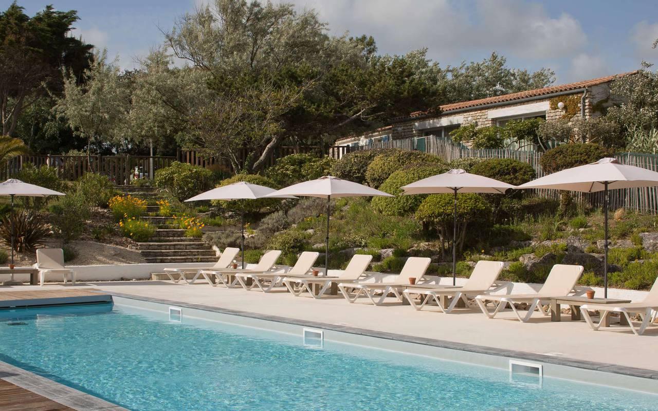 Piscine ensoleillée, hôtel Ile d'Oléron vue mer, Ile de Lumière