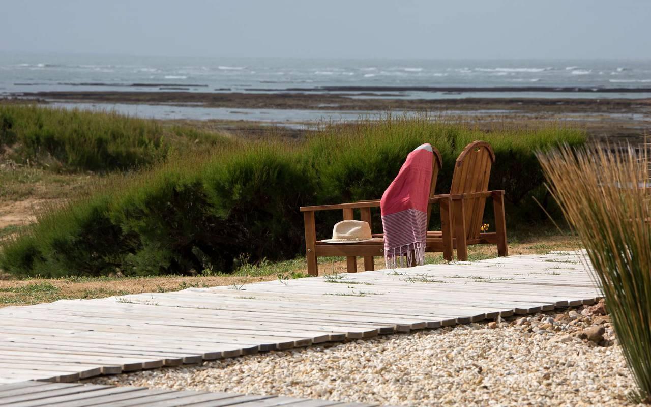 Chaises en bois sur la plage, séjour Ile d'Oléron, Ile de Lumière