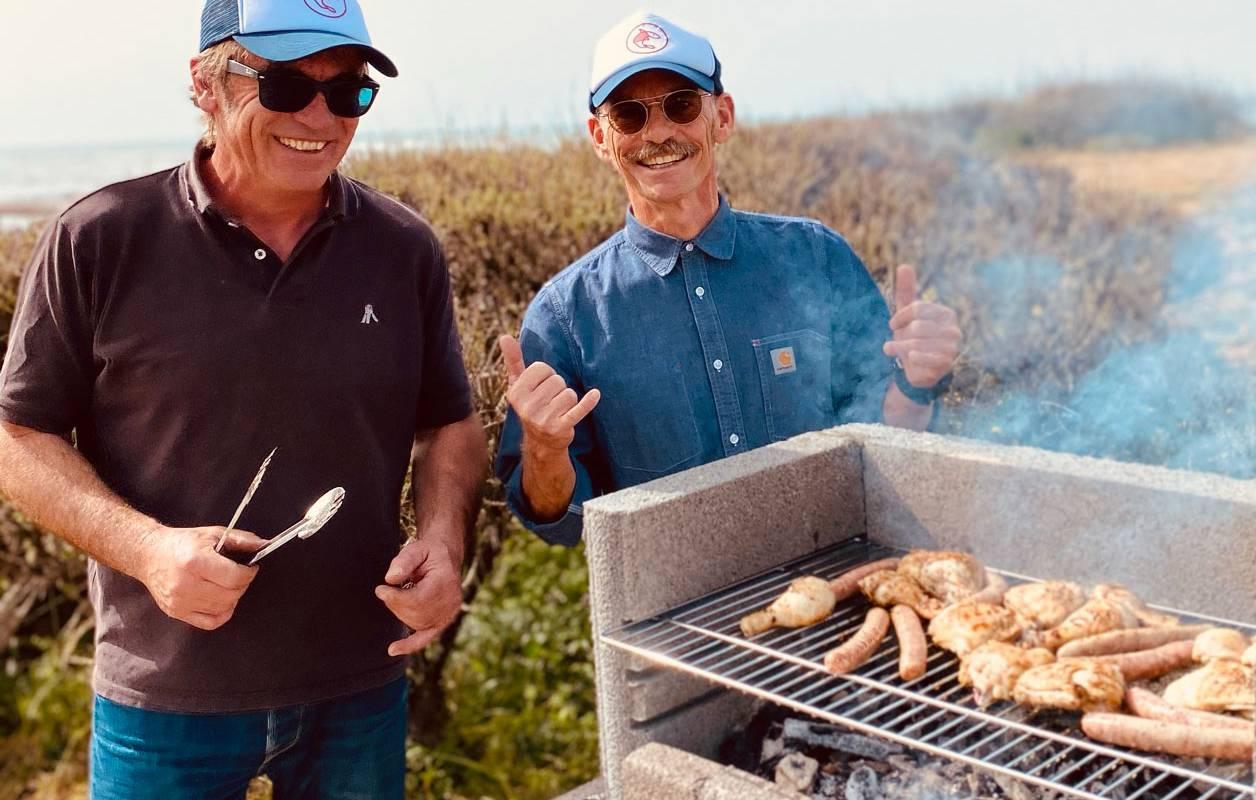 Hommes qui font un barbecue, hôtel Ile d'Oléron, Ile de Lumière