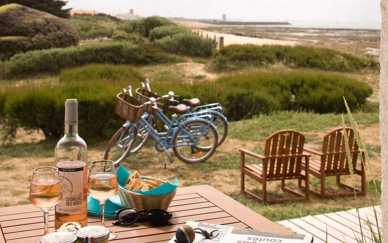 Apéritif et vélos, hôtel La Cotinière Ile d'Oléron, Ile de Lumière