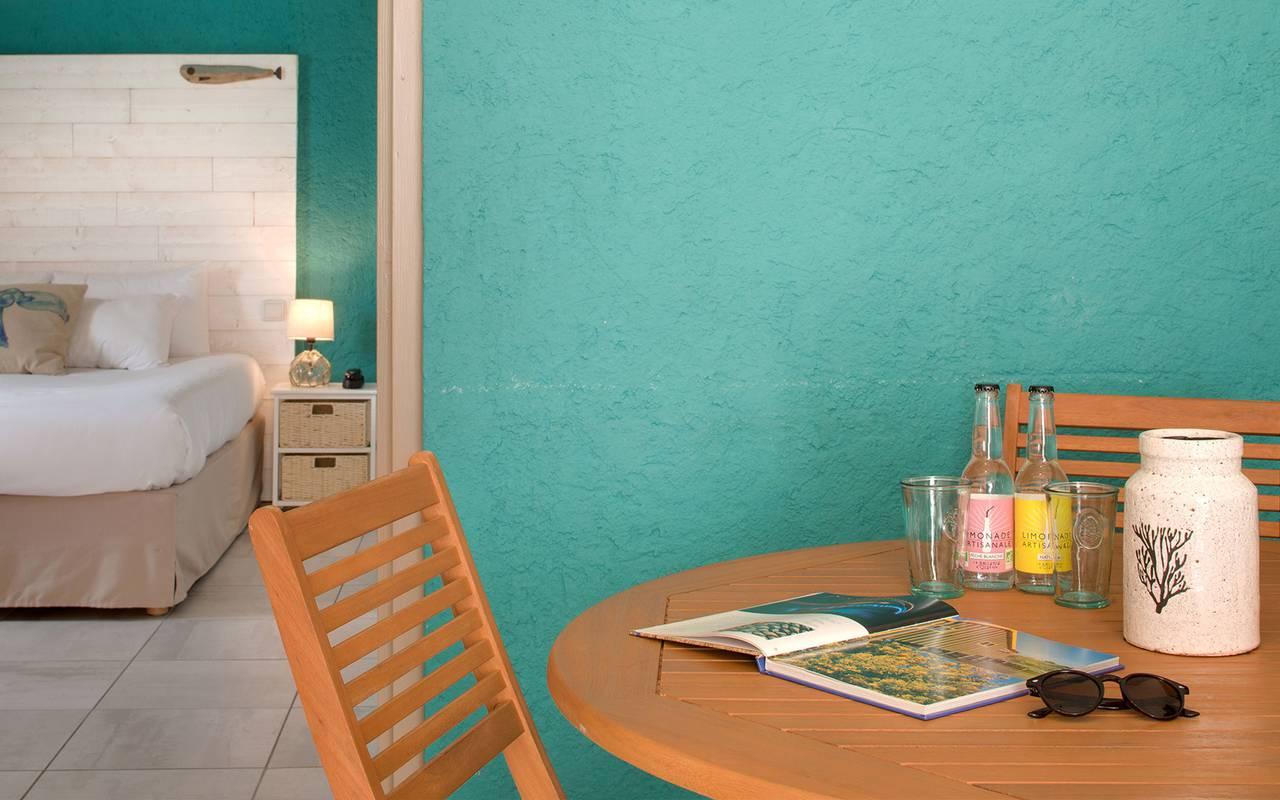 Suite avec table en bois, hôtel Oléron, Ile de Lumière