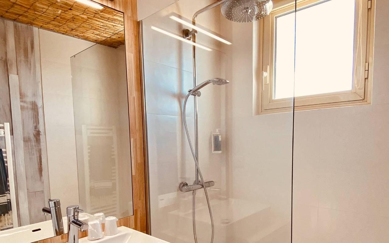 Salle de bain lumineuse, hôtel Oléron, Ile de Lumière