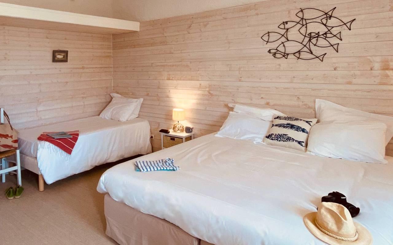 Chambre chaleureuse, hôtel Oléron, Ile de Lumière