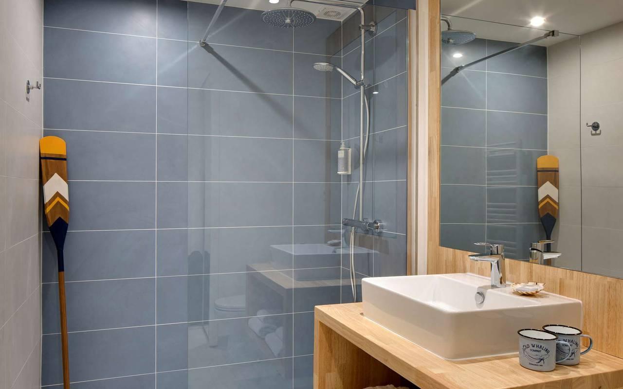 Salle de bain moderne, hôtel Oléron, Ile de Lumière