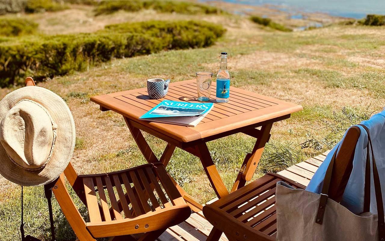 Table et chaises en bois, hôtel Oléron, Ile de Lumière