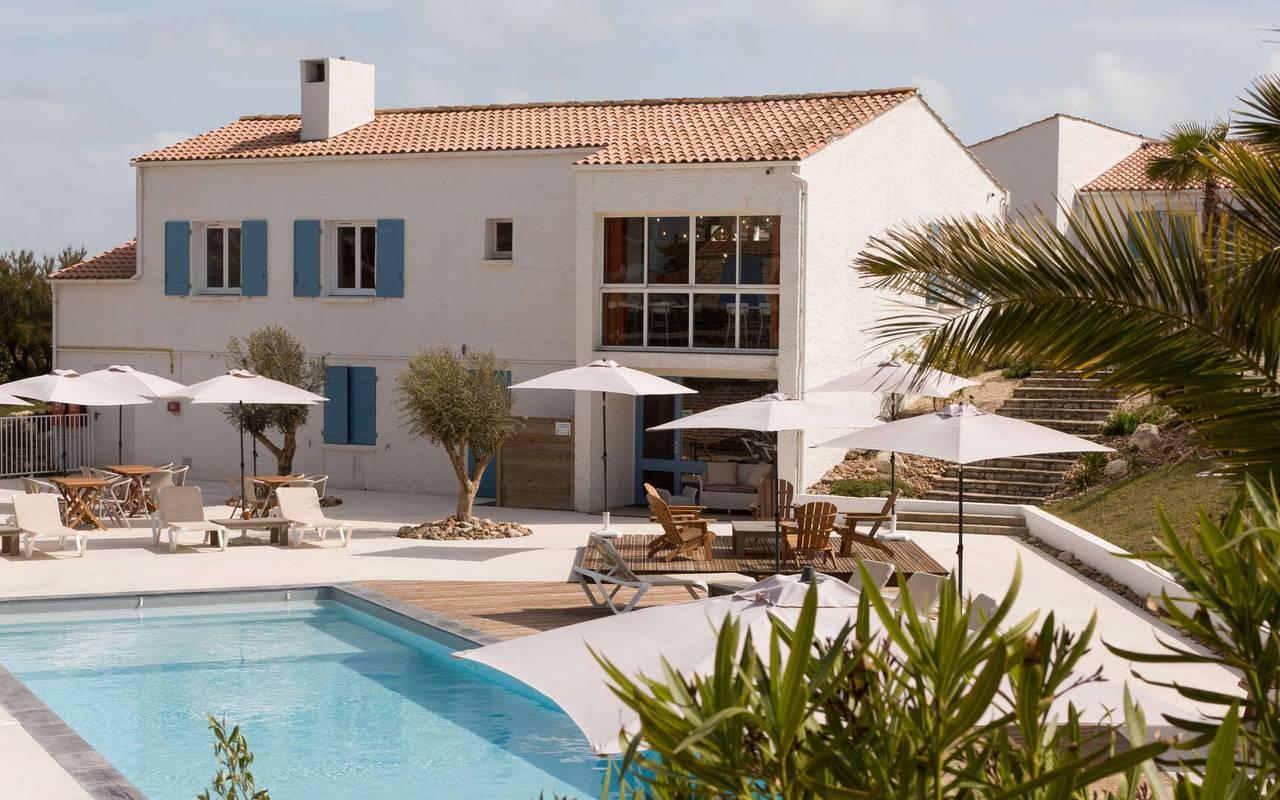 Vue sur l'hôtel et sa piscine, hôtel La Cotinière Ile d'Oléron, Ile de Lumière
