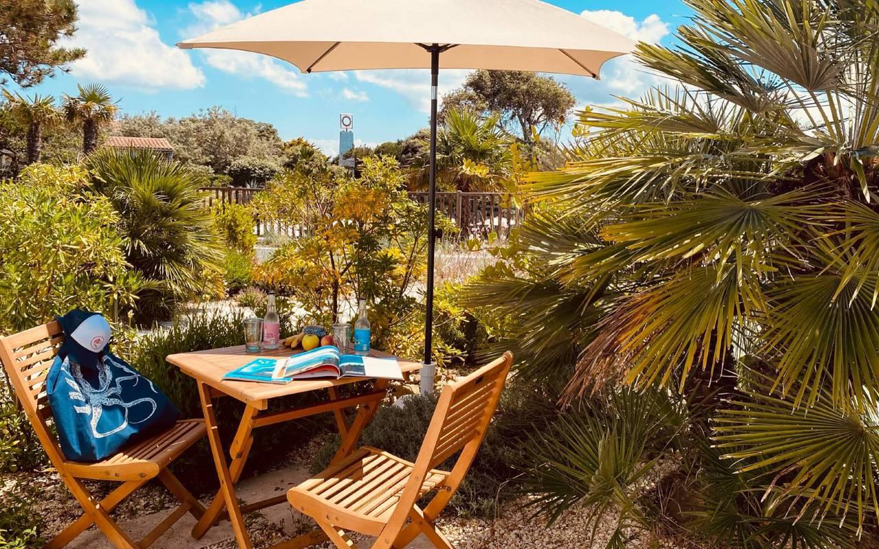 Terrasse avec parasol, hôtel Oléron, Ile de Lumière